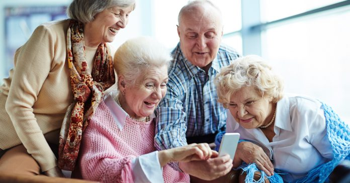 buying-smartphone-for-aged-parents-tips-to-make-device-user-friendly